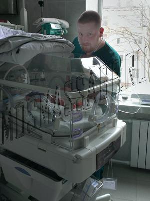 Кулаков Владимир Сергеевич и кувез с младенцем